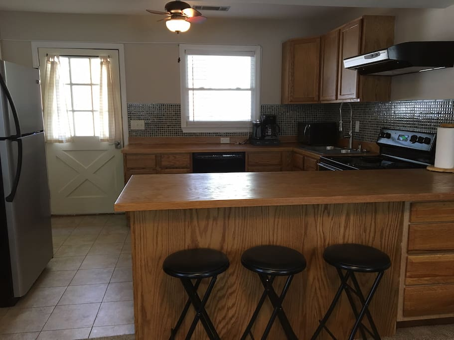 Full kitchen, counter with bar stools