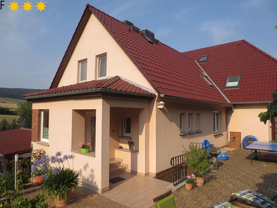 Haus mit Terrasse und Aussicht ins Tal