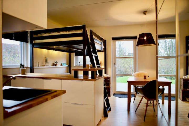 Unik lille lejlighed med ideel lokation!