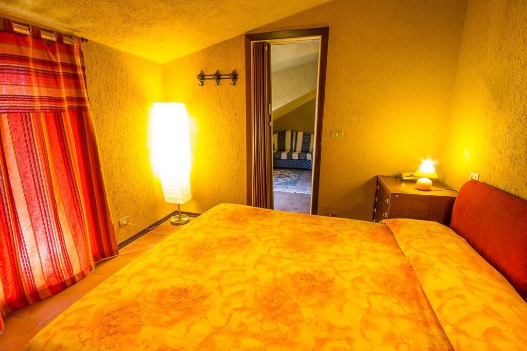 Mansarda con cucina e terrazza appartamenti in affitto a for Camera da letto in mansarda