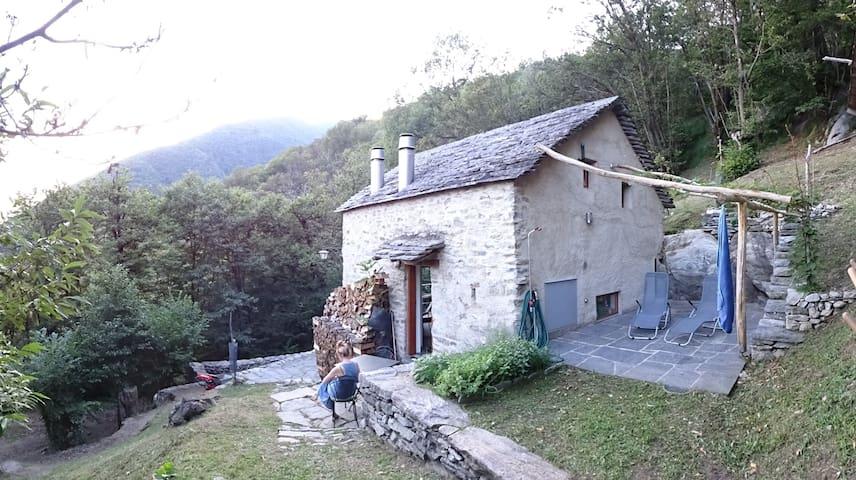 Maison tessinoise en pierre tout confort moderne - Monte Carasso