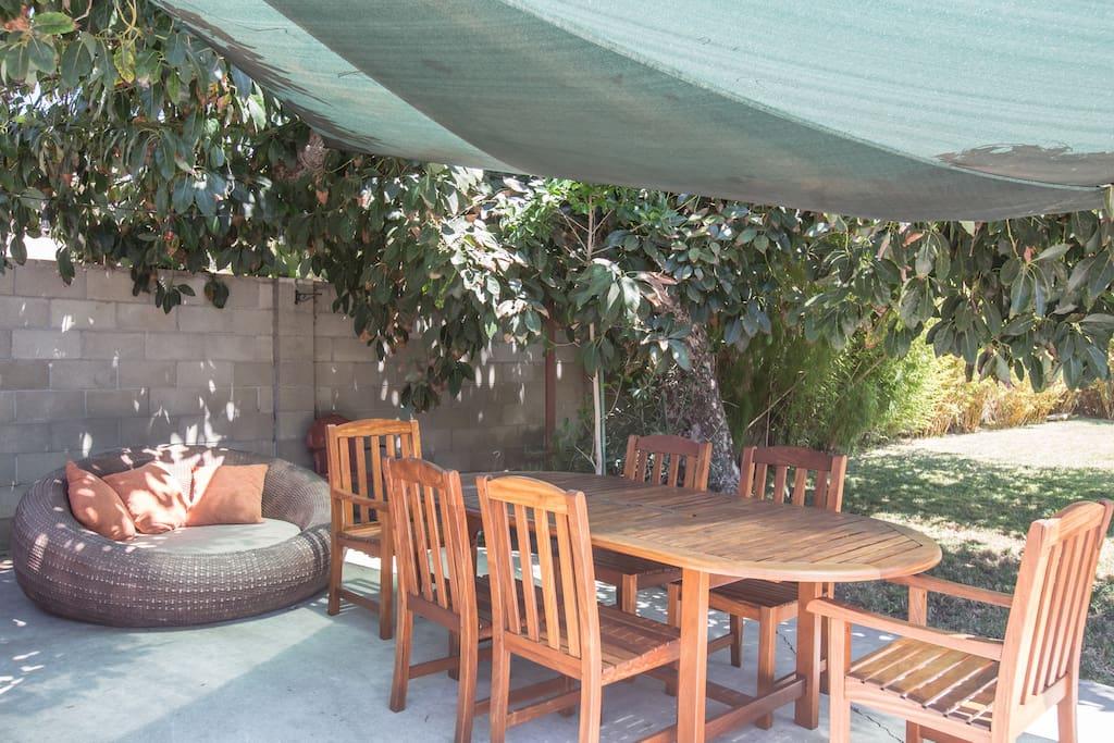 beautiful garden patio with teak table & wifi
