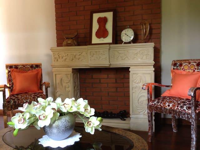 Luxury room in Garden Villa - โยกยาการ์ตา - วิลล่า