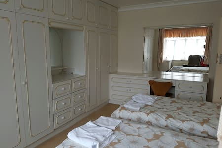 FREE Breakfast: large twin room - London - Hus