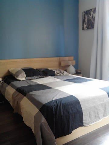 Chambre lit 2p et très grande armoire