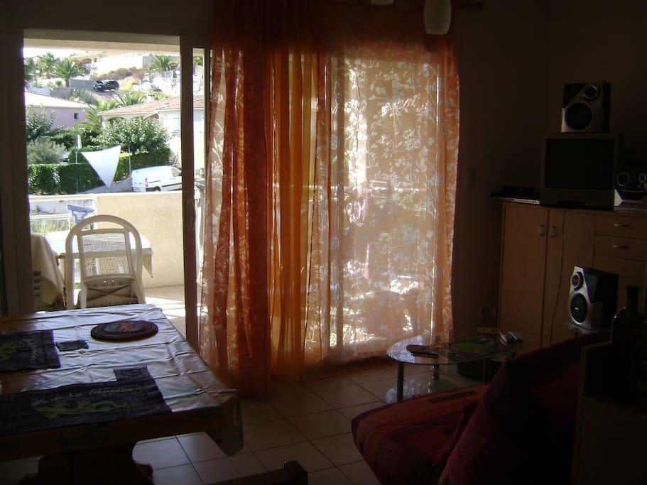 Le salon avec la grande terrasse