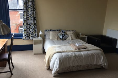 Spacious double room nr University