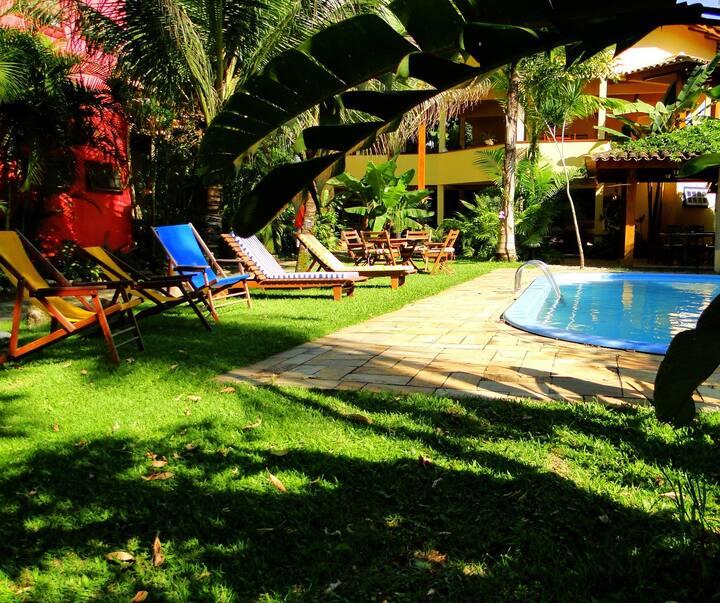 Suite grande e confortável em pousada em Paraty.