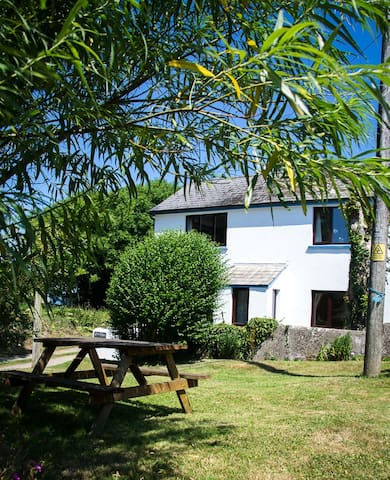 Pembrokeshire Coastpath Cottage - Goodwick - Bed & Breakfast