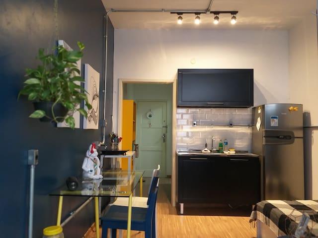 O apartamento está equipado com cooktop de uma boca, forno elétrico, microondas e demais equipamentos!!!