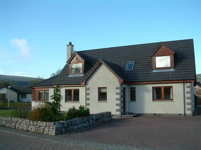 Craigmore Lodge with hot tub, sauna and BBQ Hutte