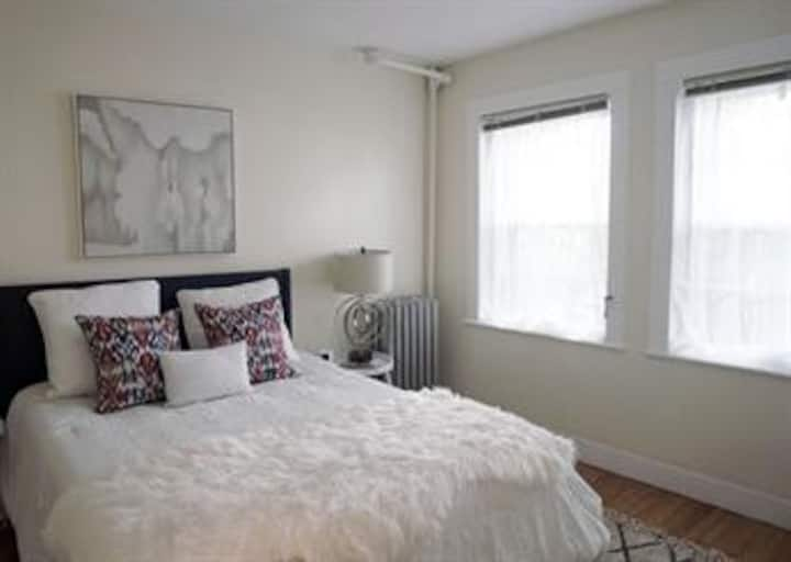SPACIOUS 1 BED + DEN in HARVARD SQ