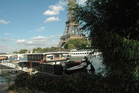 Great Houseboat facing Eiffel Tower - Paris