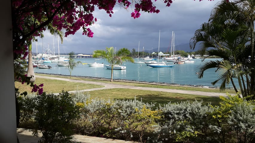 Beautiful Waterfront Apt with Beach Club - Montego Bay - Apartament