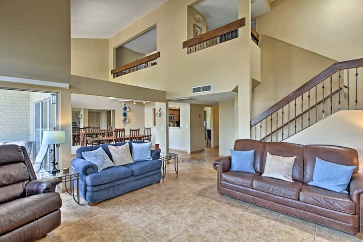 Ideal Tucson Townhome w/Patio, Views & Pool Access