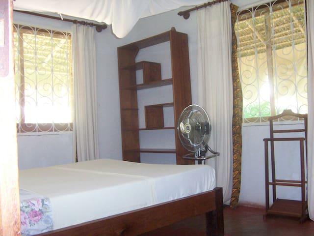 Chambre 2. 12 m2 (climatisée).