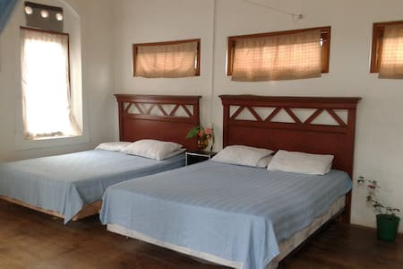 Large room for 4 with balcony - Galle