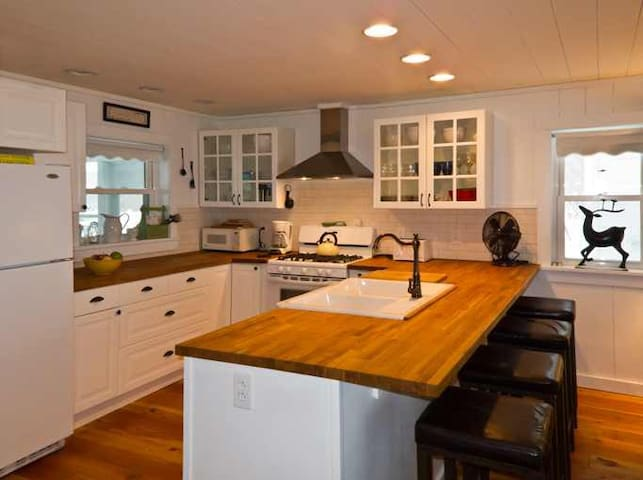 1880's Renovated Farmhouse with AWESOME Views!