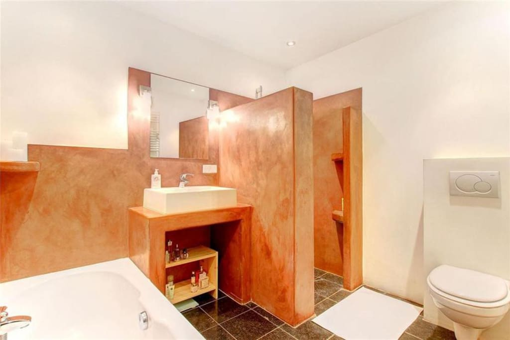 Our Lush bathoom with bath and separate walkin shower with stylish moroccan tadelakt finish.