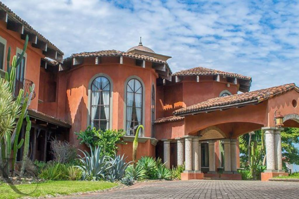 The 1,000 sq meter Italian-Styled Mansion in Santa Ana is located within an impressive 15,000 sq meter garden with beautiful detailing and a spectacular indoor pool.