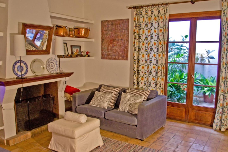 Salón con chimenea, muy espacioso, con salida al patio interior.