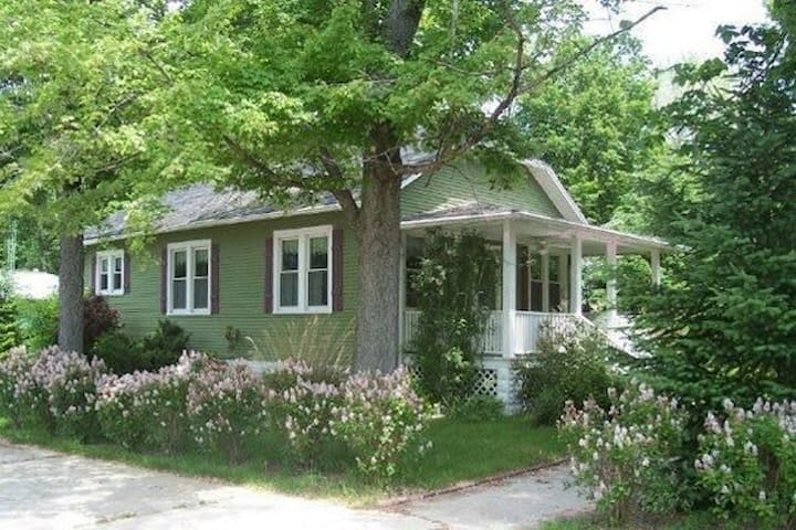 Storybook Cottage.  New Buffalo, MI - New Buffalo - Talo