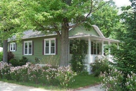 Storybook Cottage.  New Buffalo, MI - Нью-Баффало - Дом