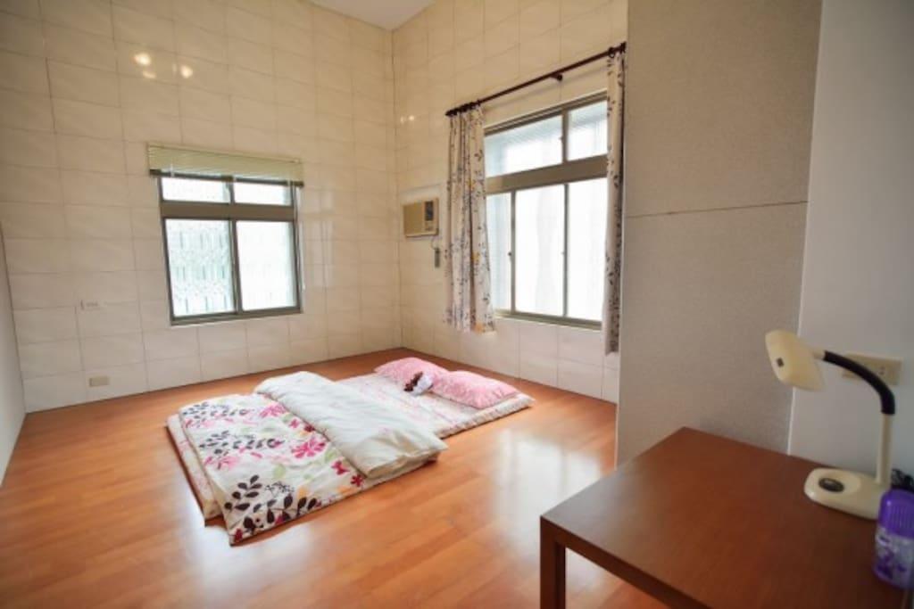 以日本傳統房間「和室」內鋪設地板的材料,沒有榻榻米但有提供足夠的床墊棉被,房間採光一級棒,通風良好,窗簾關上,非常溫馨舒服。