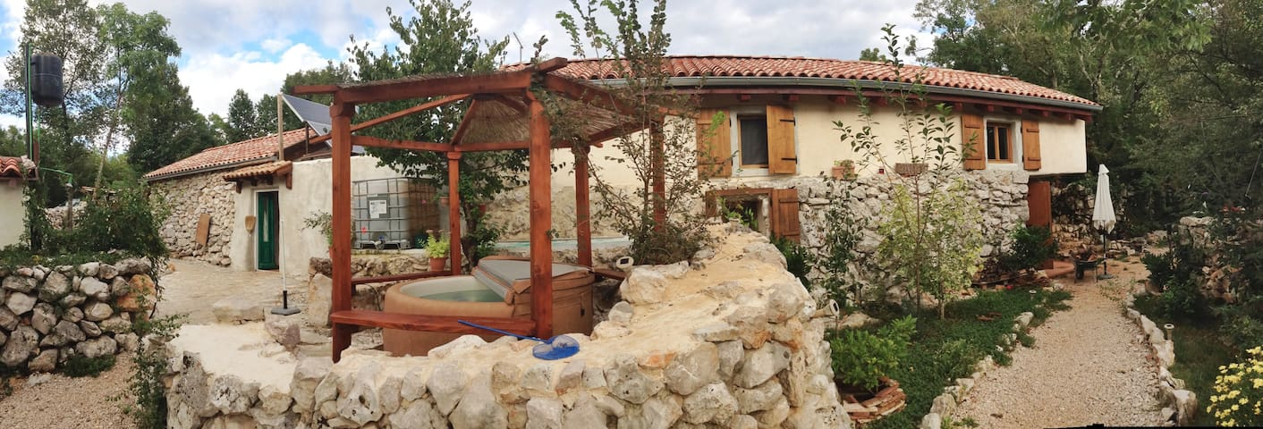 Old stone house with spapool on Krk - Dobrinj - บ้าน