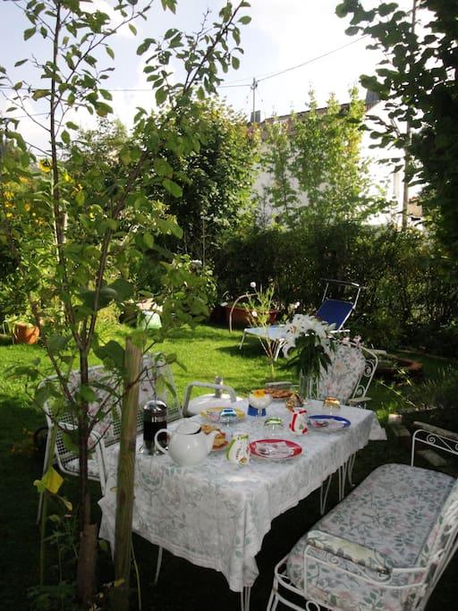 wunderschöner ökologischer Garten mit VIELEN Blumen und Gemüse