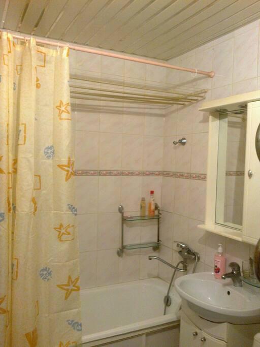 В ванной комнате есть гель для душа , мыло, полотенца, фен, стиральная машина.