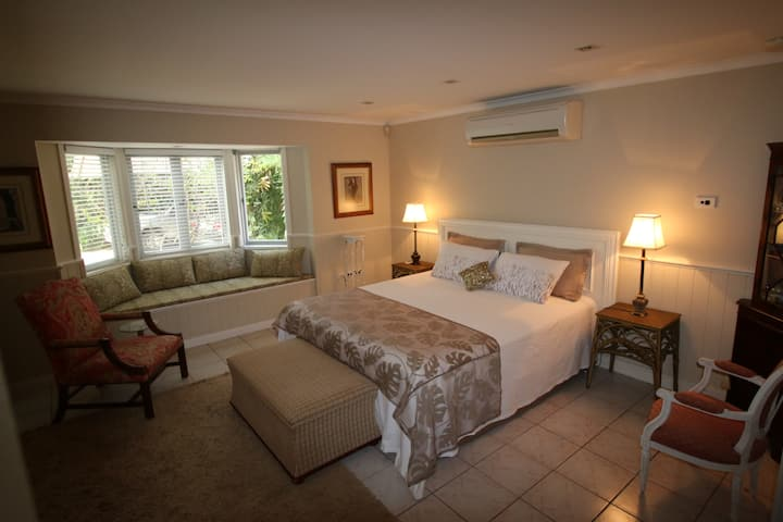 Chic, Self-Contained Apartment close to Airport