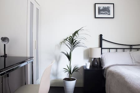 Double bedroom in a friendly house - Kingsford