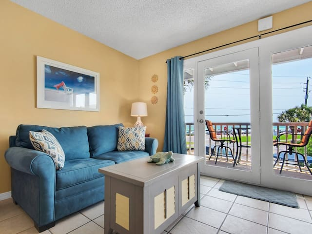 Cozy Condo, Private balcony, Free chairs & umbrella, Across from beach