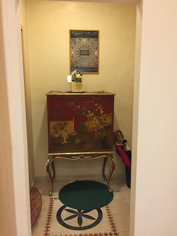 Entrance Chinese forniture with alliance and tourist instructions