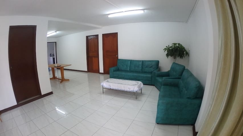 Apartmnt in Quiet Neighbourhood, 2 mins from Town.