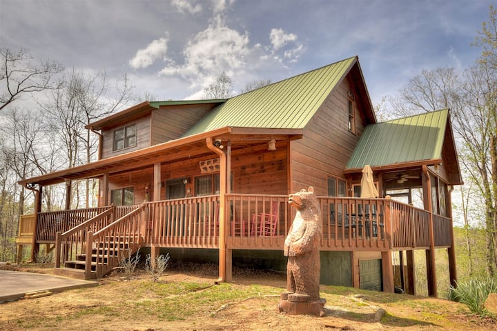 Elonore`s Cabin has it all hot tub, slate pool table, wrap around decks, fire pits and beautiful mountain view