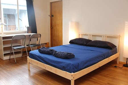 Huge bedroom, perfectly located by the skytrain - Daire