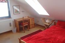 Schlafzimmer mit breitem Einzelbett