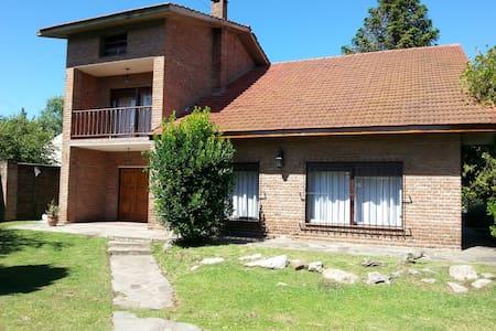 Gran casa con Piscina(10 min aeropuerto de Ezeiza) - Ezeiza - Almhütte