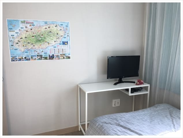 Sunny Cozy Room near ICC (Homestay) - Jungmundong, Seogwipo-si - Apartment