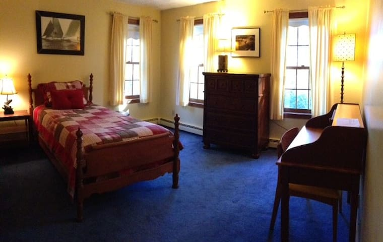 Sunny Comfortable Room & Great Location - Framingham - Casa