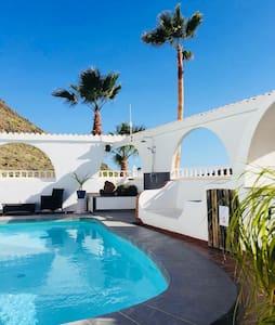 appartement -terrasse repas vue piscine & barranco