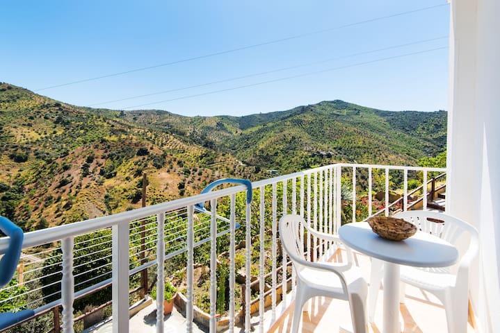 Appartement climatisé dans les montagnes avec terrasse, vue sur les montagnes, sauna et jacuzzi en option ; Parking disponible, Wi-Fi gratuit.