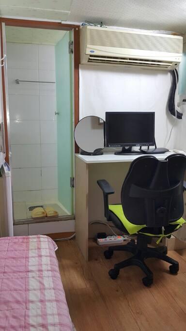 미니 원룸입니다. 에어컨, TV, 책상, 의자, 욕실입구 It is a mini studio. Air conditioning, TV, desk, chair, entrance to bathroom