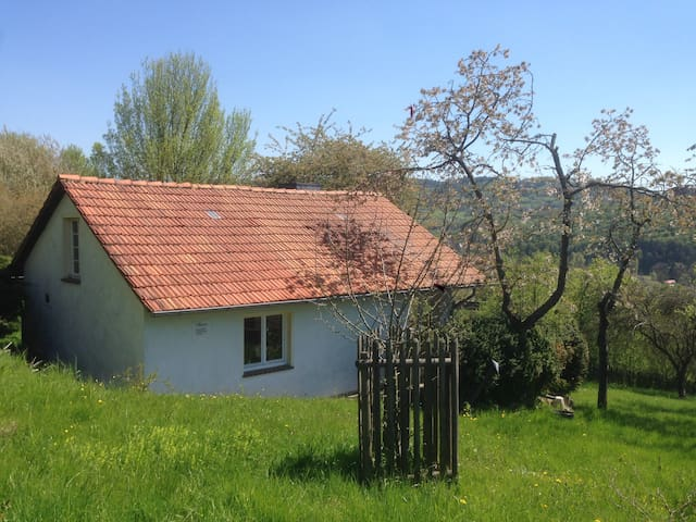 Romantische Hütte in idyllischer Natur