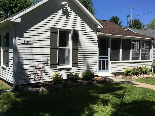 Lovely (3 BR-2 Bath) Cottage 2 Blocks From Beach - Charlevoix - Haus