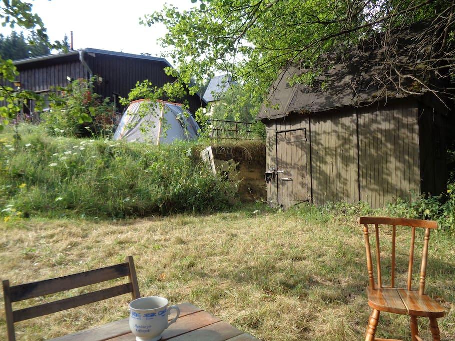 Im Garten ist genug Platz für zusätzliche Zelte (bitte nach Absprache wenn noch mehr als zwei weitere Personen noch Zelten möchten )