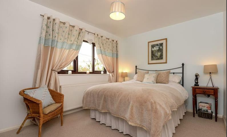 Beautiful, airy king size bedroom - Aylesbury Vale District - Casa