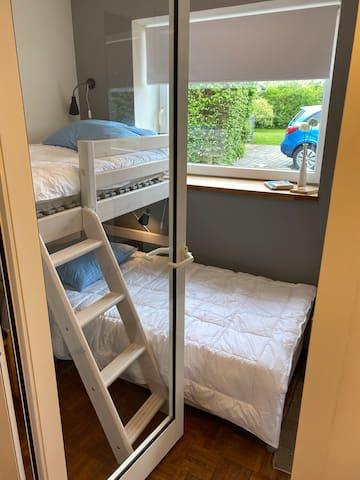 2. Værelse med halvhøj seng og en enkelt seng.